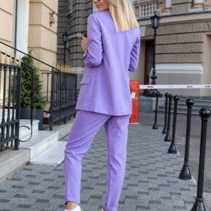 Заказать в подарок женский деловой брючный костюм на пуговице с карманами цвета фиолет оптом Украина