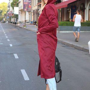 Приобрести в интернет-магазине женский плащ длинный с капюшоном и карманами бордового цвета дешево