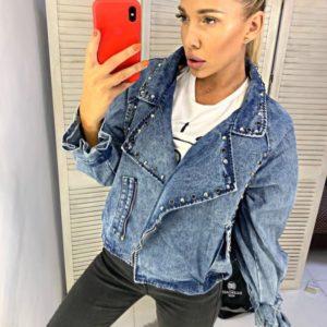 Приобрести в интернет-магазине женскую куртку джинсовую оверсайз с заклепками цвета синего дешево