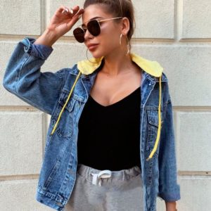 Приобрести в интернет-магазине женскую куртку джинсовую с капюшоном и принтом на спине желтого цвета дешево