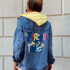 Заказать в подарок женскую джинсовую куртку с капюшоном и принтом на спине цвета желтого оптом Украина