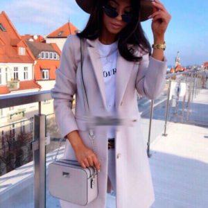 Купить оптом женское кашемировое на пуговицах пальто цвета пудры в подарок