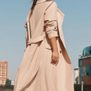 Заказать в интернет-магазине женский осенний тренч с поясом из плащевки вискозы цвета бежевого дешево