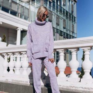 Приобрести женский вязаный костюм цвета сирени с карманами батал оптом Украина