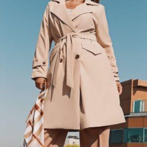 Заказать дешево женский тренч с поясом по бокам два кармана с хлястиками рукава цвета бежевого размеров больших недорого