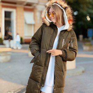 Заказать женскую зимнюю куртку с капюшоном - пуховик на синтепоне цвета хаки недорого