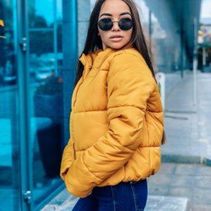 Приобрести в интернет-магазине женскую демисезонную короткую куртку дутую из плотной плащевки горчичного цвета дешево