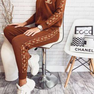Приобрести в интернет-магазине женский костюм прогулочный vuitton louis коричневого цвета дешево