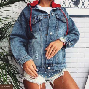 Приобрести в интернет-магазине женскую джинсовую голубую куртку с принтом на спине и капюшоном красным дешево