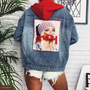 Заказать голубую женскую куртку джинсовую с принтом на спине и красным капюшоном недорого