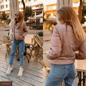 Заказать в подарок женскую короткую курточку с высоким воротником на кнопке розового цвета оптом Украина
