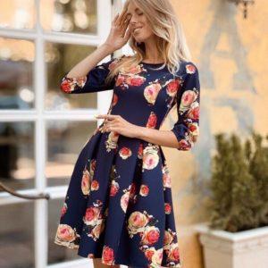 Купить недорого женское платье с цветочным принтом из костюмки темно-синего цвета в подарок