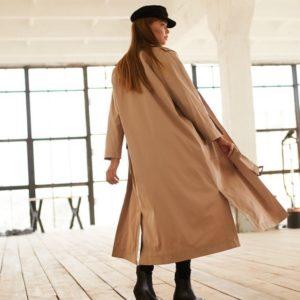 Заказать в подарок женский длинный плащ на сатиновой подкладке с двумя карманами бежевого цвета оптом Украина