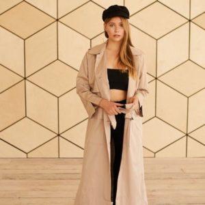 Приобрести в интернет-магазине женский плащ длинный на сатиновой подкладке с двумя карманами цвета бежевого дешево