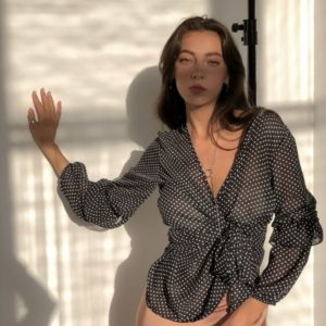 Заказать в подарок женскую блузу в горошек из креп шифона черный в мелкий горох оптом Украина