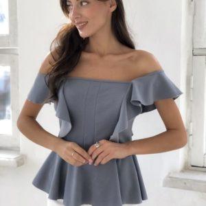 Заказать в подарок женскую блузу с открытыми плечами из креп дайвинга серого цвета оптом Украина