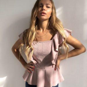 Приобрести в интернет-магазине женскую блузу из креп дайвинга с открытыми плечами цвета пудры дешево