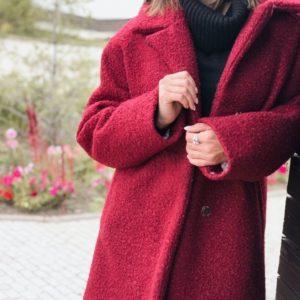 Купить в интернет-магазине зимнее женское короткое пальто теплое из букле на синтепухе цвета бордового недорого