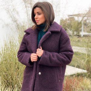 Купить оптом женское теплое зимнее короткое пальто из букле на синтепухе сливового цвета в подарок