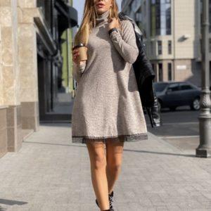 Заказать в подарок женское платье из ангоры софт с отделкой кружево светло-серого цвета оптом Украина