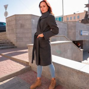 Заказать в подарок женское пальто на запах с широким рукавом удлиненным черного цвета оптом Украина