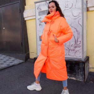 Купить оптом женское пальто из плащевки принтованый нейлон на подкладке оранжевого цвета в подарок