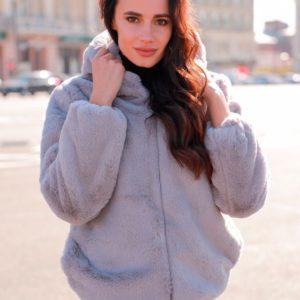 Заказать в интернет-магазине женскую шубку с глубоким капюшоном и боковыми карманами серого цвета дешево