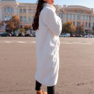 Купить недорого женскую шубу свободного кроя на подкладке шелковой цвета белого в подарок