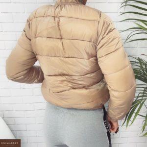 Заказать недорого женскую короткую куртку из плащевки на молнии цвета бежевого дешево