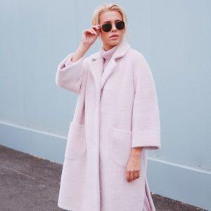 Купить в интернет-магазине женское пальто из шанели на сатиновой подкладке демисезонное цвета пудры недорого