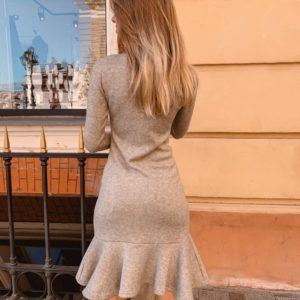Заказать в подарок женское теплое платье с оборками из ангоры с длинным рукавом серого цвета оптом Украина