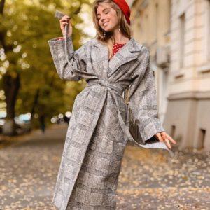 Заказать в подарок женское пальто халат на запах под пояс с широким удлиненным рукавом светло-серого цвета оптом Украина