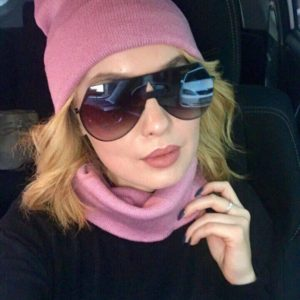 Купить недорого женский набор: шарф + шапка удлиненная розового цвета в подарок