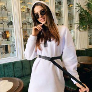 Заказать в подарок женское теплое платье туника с поясом из трех нитки на флисе белого цвета оптом Украина