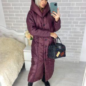 Купить недорого женское длинное пальто на кнопках из плащевки с капюшоном марсалового цвета в подарок