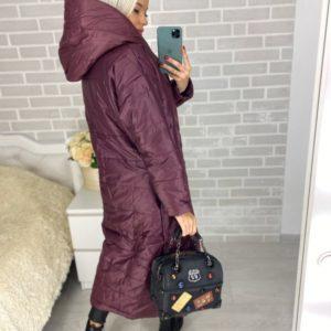 Заказать дешево женское длинное пальто с капюшоном из плащевки на кнопках цвета марсала недорого