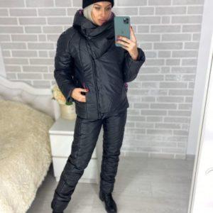Заказать в подарок женский лыжный костюм из плащевки с капюшоном черный-фуксия цвета оптом Украина