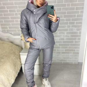 Купить недорого женский лыжный костюм с капюшоном из плащевки серый-розовый цвета в подарок