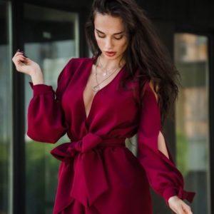 Приобрести женский комбинезон с короткой юбкой из костюмки и поясом марсалового цвета в Украине