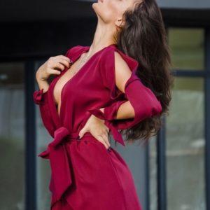 Заказать в подарок комбинезон женский с короткой юбкой и поясом из костюмки цвета марсала недорого