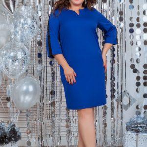 Купить дешево женское прямое с рукавом 3/4 платье из костюмки цвета электрик батал в подарок