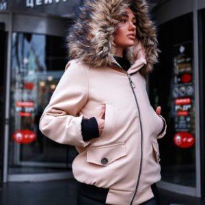 Заказать в подарок женскую зимнюю куртку с капюшоном и карманами светло-бежевого цвета оптом Украина