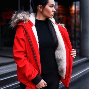Приобрести зимнюю женскую куртку с капюшоном и карманами красного цвета в Украине
