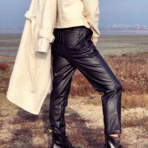 Приобрести в интернет-магазине женские штаны из кожзама на флисе цвета черного дешево