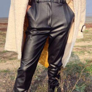 Заказать в подарок женские штаны на флисе из кожзама черного цвета оптом Украина