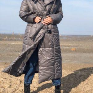Приобрести в интернет-магазине женское пальто из пуха и плащевки с поясом цвета серого дешево
