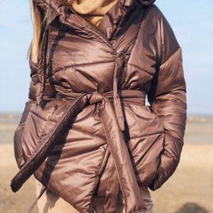 Приобрести женскую с поясом куртку из плащевки и пуха цвета мокко в Украине
