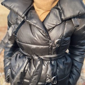 Приобрести в интернет-магазине женскую куртку с поясом из плащевки и пуха цвета черного дешево