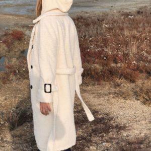 Заказать в подарок женскую шубу из эко меха на подкладке синтипоновой с поясом белого цвета оптом Украина