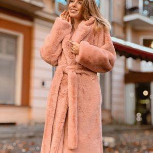 Купить оптом женскую длинную эко шубу с поясом классического кроя цвета пудры батал в подарок